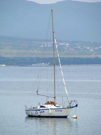 Яхта на рейде