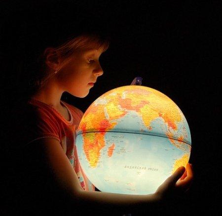 Ребенок и глобус